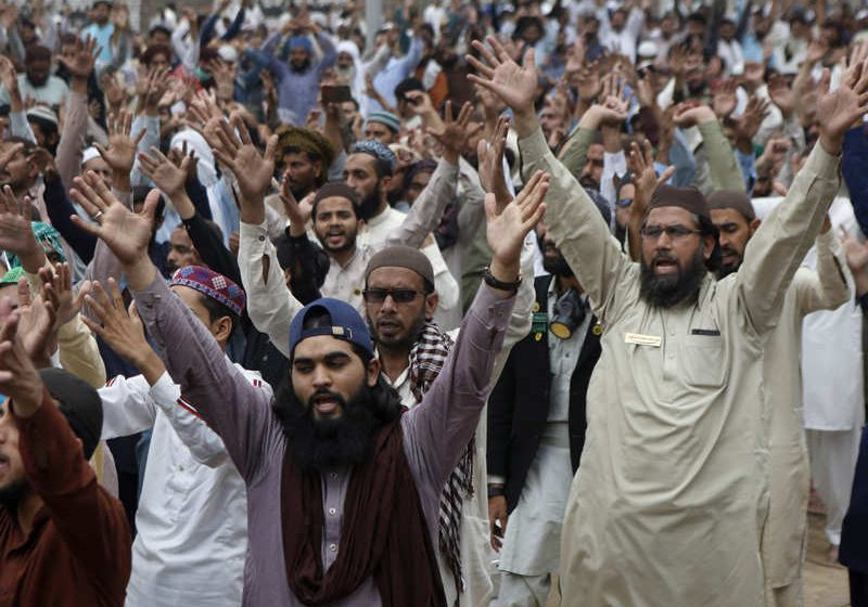 Deadly clashes in Pakistan's Lahore after Islamists take police hostage