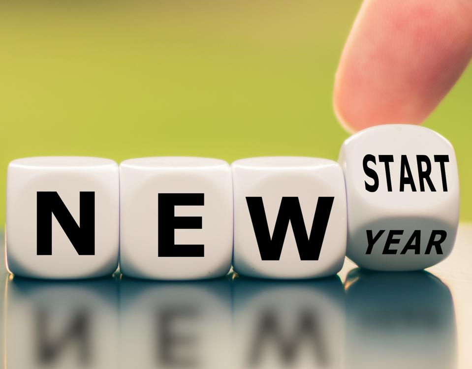 Hand turns a dice and changes the expression ″new year″ to ″new start″.