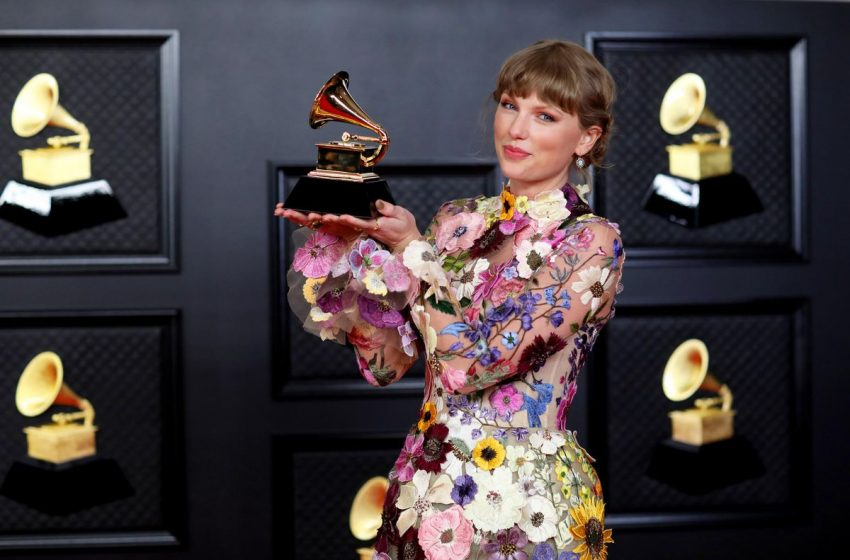 Taylor Swift Dominates This Week's Albums Chart In Every Way Imaginable